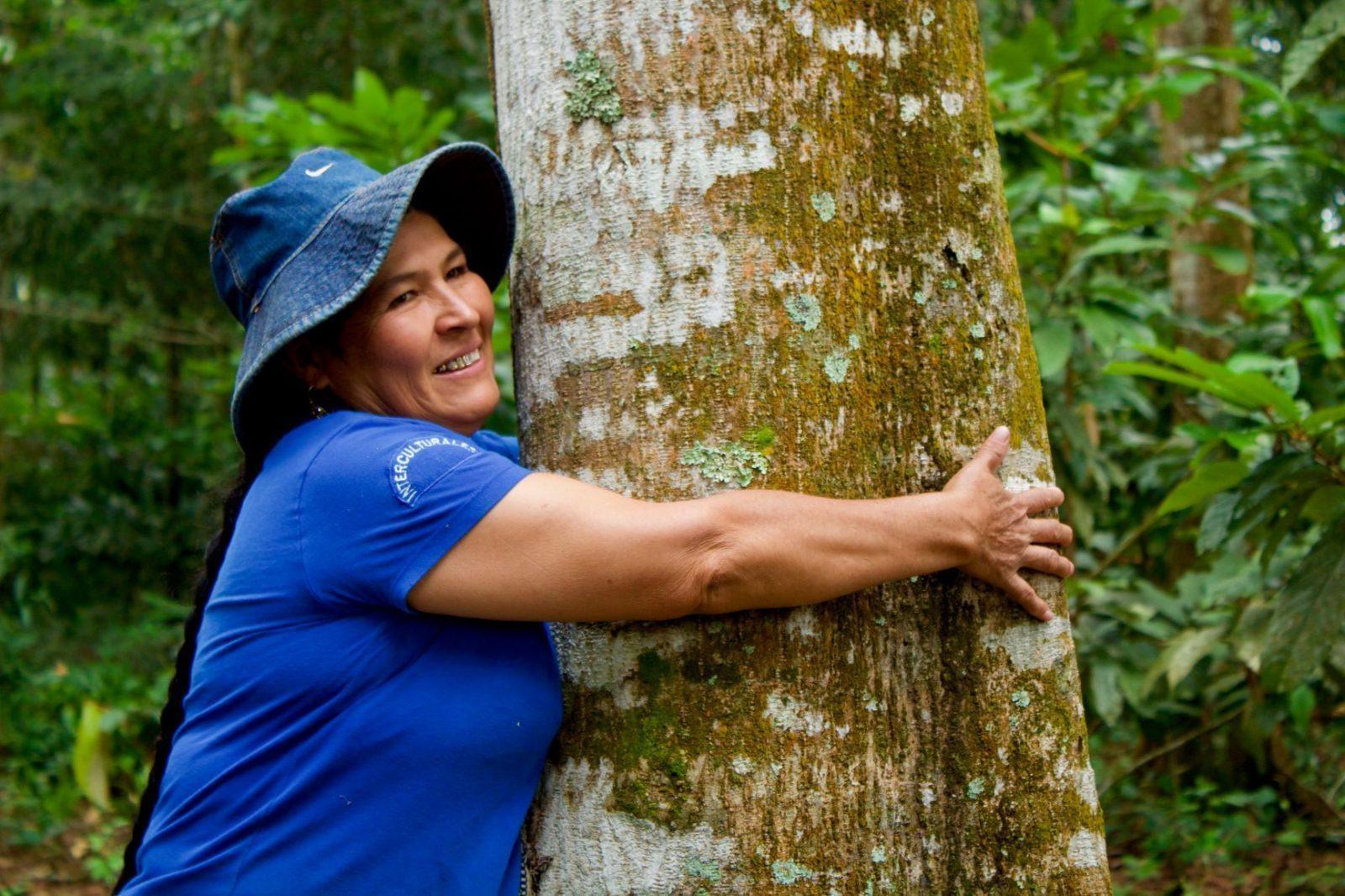 Boerin die boom knuffelt
